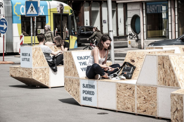 Sitzbank in Verwendung von junger Studentin