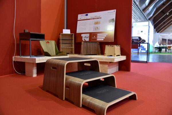Am Messestand der Klagenfurter Holzmesse vom Holzcluster Steiermark präsentierte sich InnoWood mit Möbelstücken aus Holz, die von Studenten designt wurden.