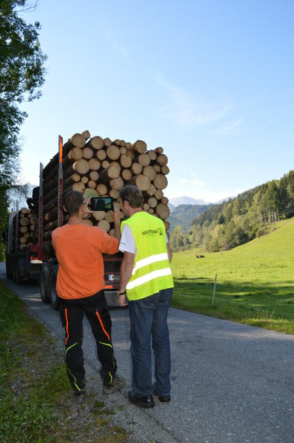 Das Holz ist fertig am LKW fertig verladen, mittels smarter Technik kann der Umfang der Lieferung berechnet werden.