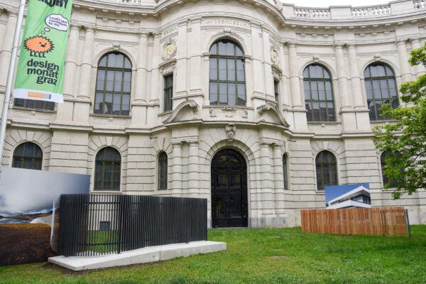 Ausstellungsfläche der Zäune vor dem alten Eingang des Joanneumsviertels