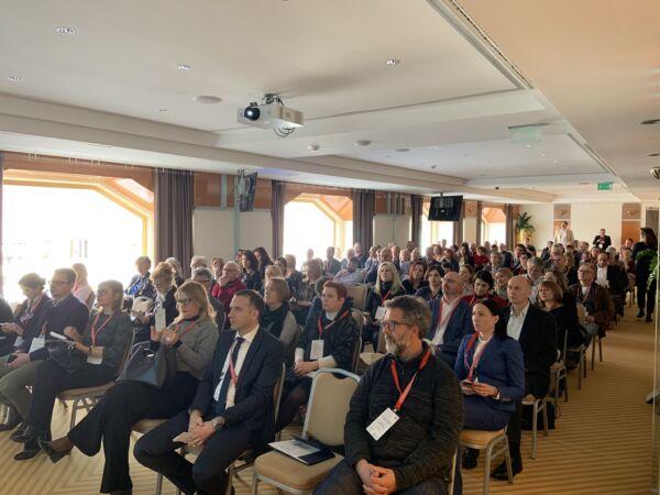 120 Teilnehmer folgten im März der Einladung zur Fachkonferenz , die der Holzcluster im März gemeinsam mit dem AußenwirtschaftsCenter Zagreb und dem österreichischen Ministerium für Nachhaltigkeit und Tourismus organisieren durften.