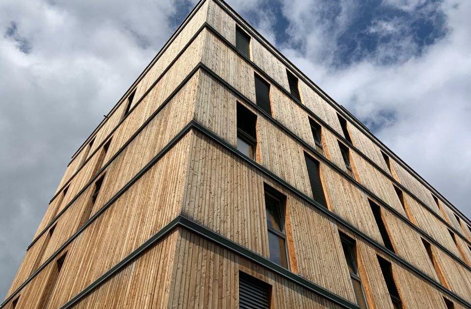 Blick auf die Holz-Außenfassade der Mineroom in Leoben