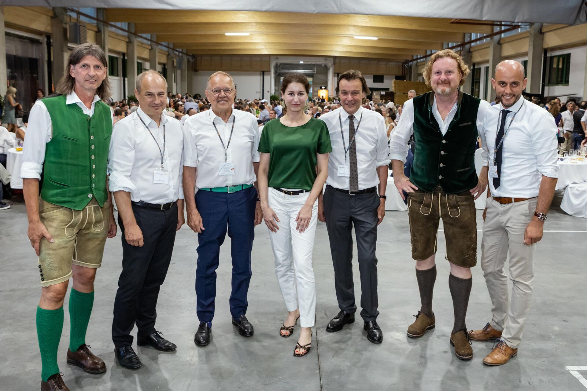 Die Ehrengäste der Jubiläumsfeier von Gaulhofer stehen im Halbkreis zusammen