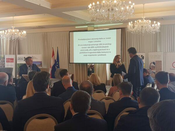 Visnja Koscak bei Ihrer Präsentation bei der Holztechnologie-Konferenz in Opatija
