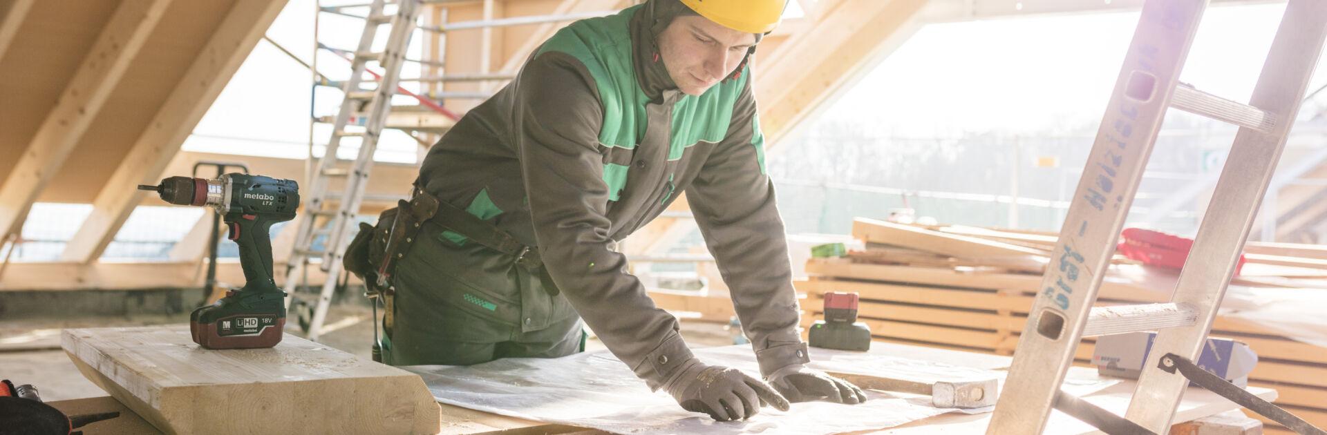 Bauarbeiter auf Holzbaustelle